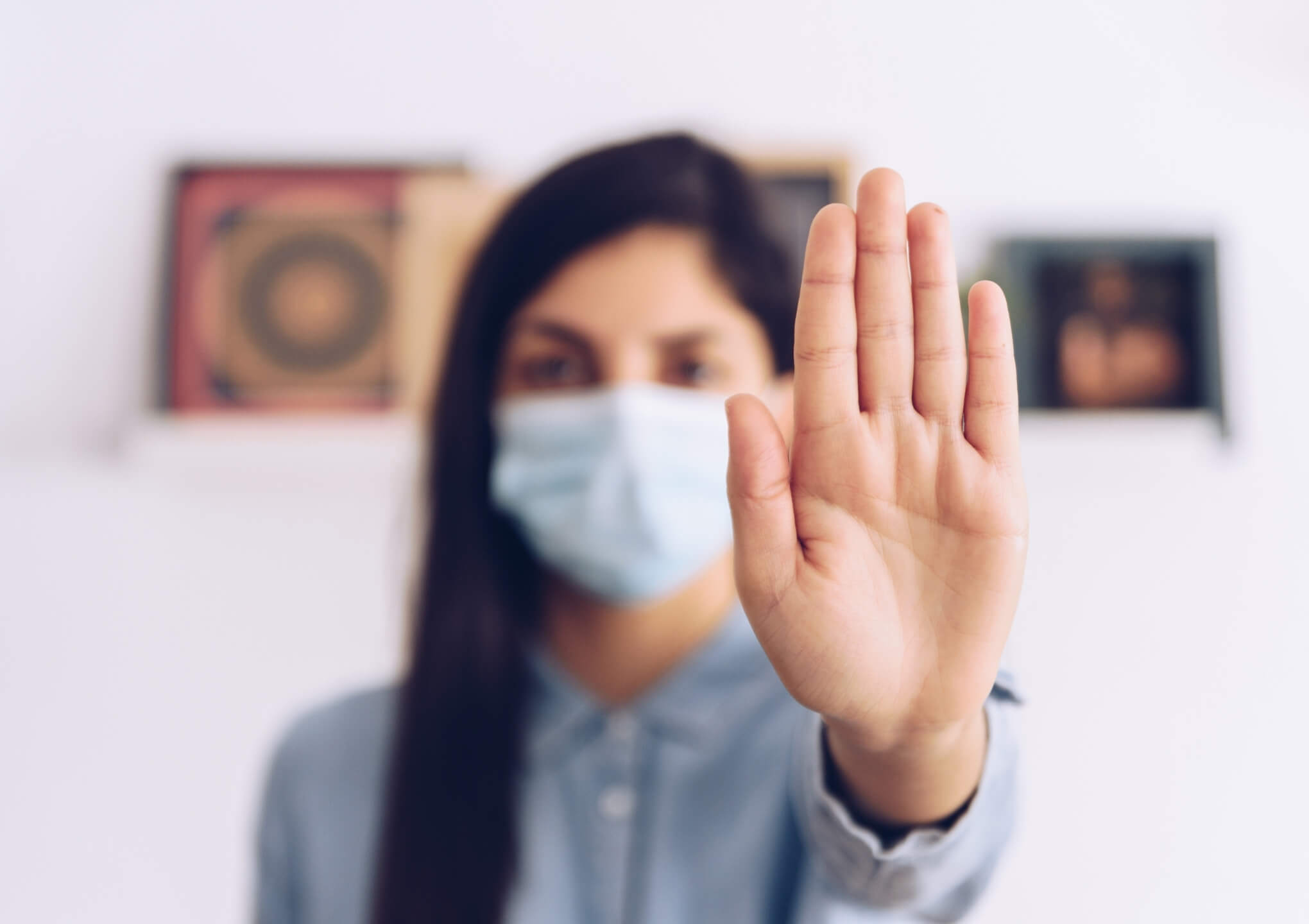 ontslagen man met mondmasker wordt getroost door collega